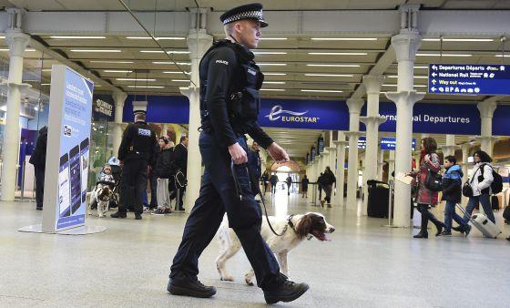Un policía vigila la estación de tren de St. Pancras, en Londres, el viernes.