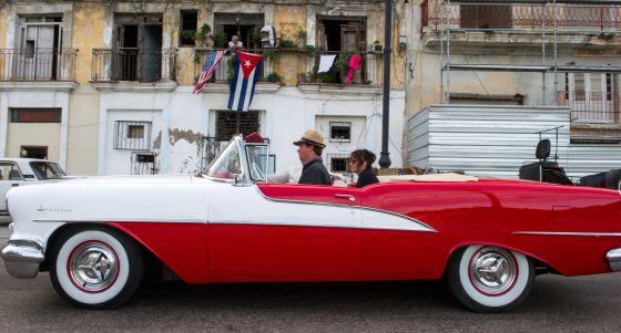 Banderas de Cuba y EE UU en un balcón de La Habana, el 19 de diciembre. rn