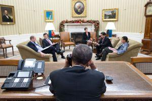 Obama conversa por teléfono el 16 de diciembre con Raúl Castro desde el Despacho Oval.