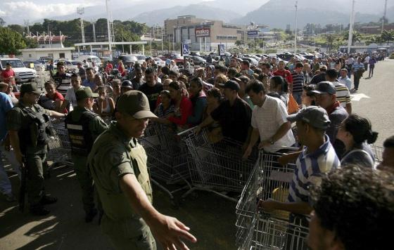 Guardias nacionales controlan la entrada de un supermercado privado en San Cristóbal.  e. ramírez (REUTERS)