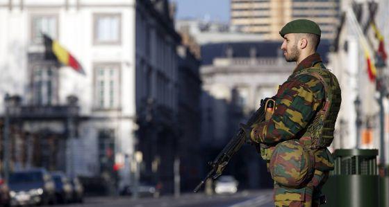 Un soldado vigila la Embajada de EE UU en Bruselas.