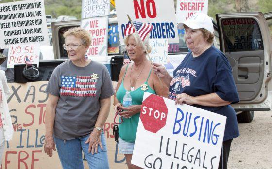 Protestas en Arizona ante la llegada de menores indocumentados.