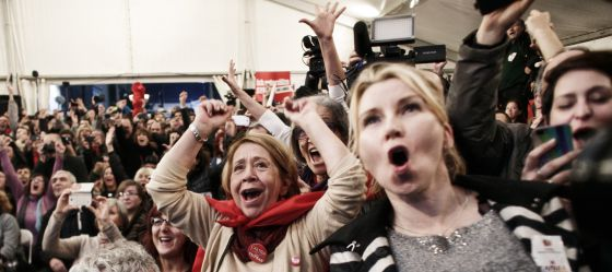 Simpatizantes de Syriza celebran los resultados en Atenas.