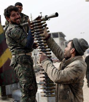 Miembros de las fuerzas kurdas preparan sus armas en Kobane, este miércoles.