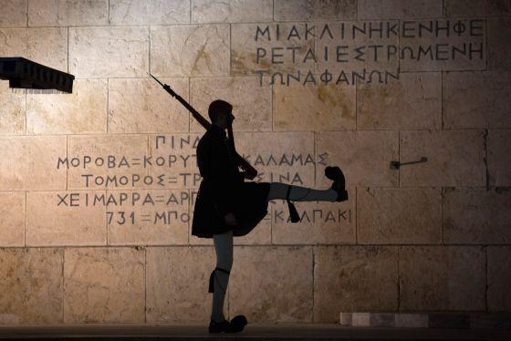 Un evzon o guardia presidencial, en la tumba del soldado desconocido, en Atenas junto al Parlamento.