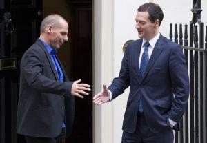 George Osborne, el ministro de Finanzas británico, saluda a su homólogo griego, Yanis Varoufakis, a su llegada a Downing Street, este lunes en Londres.