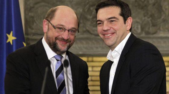 El nuevo primer ministro griego, Alexis Tsipras (derecha) y el presidente del Parlamento Europeo, Martin Schulz, en Atenas, el 29 de enero.