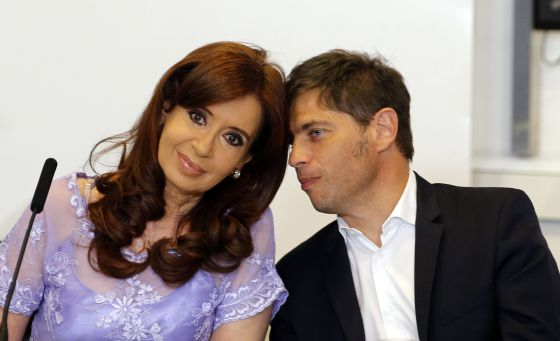La presidenta de Argentina, Cristina Fernández, escucha al ministro de Economía, Axel Kicillof, en una reunión en la Casa Rosada el 30 de enero.