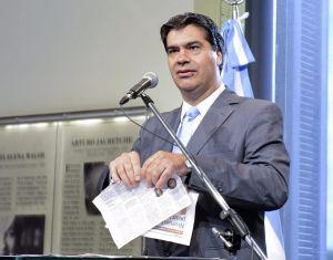 El jefe del Gabinete argentino, Jorge Capitanich, hace trizas dos páginas del diario 'Clarín' el 2 de febrero, en una rueda de prensa.