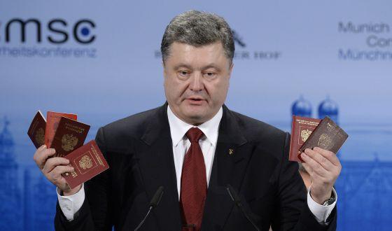 Poroshenko muestra pasaportes rusos para demostrar la presencia de las tropas de este país en Ucrania en la conferencia de Múnich.