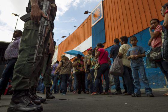 Colas a las puertas de un supermercado en Venezuela