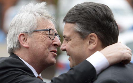 Jean-Claude Juncker, presidente de la Comisión (izquierda), y el vicecanciller alemán, Sigmar Gabriel, este lunes en Nauen (Alemania).