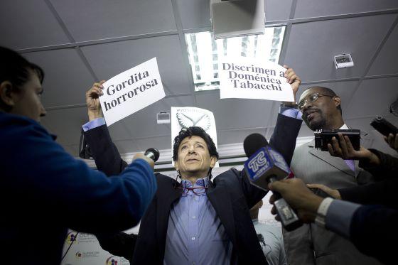 El caricaturistas, Xavier Bonilla a la salida del juzgado