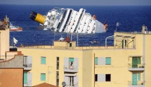 El barco hundido, visto desde la costa de la isla de Giglio.