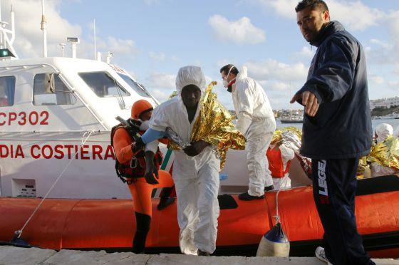 Un inmigrante superviente de un naufragio llega a Lampedusa.