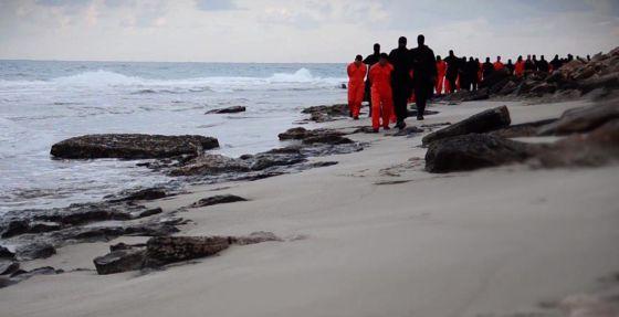 Una captura de un vídeo difundido por el EI, en la que se ve supuestamente a los rehenes coptos.