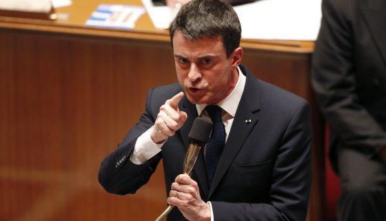 El primer ministro francés, Manuel Valls, responde a las preguntas de los diputados, durante la sesión de control al Gobierno de este martes.