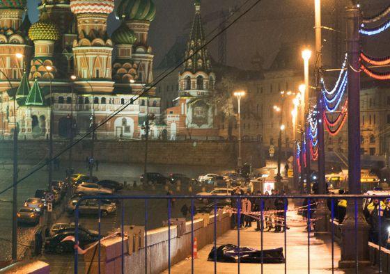 El cuerpo del opositor ruso Boris Nemtsov en el puente de Moskvoretsky, hoy en Moscú.