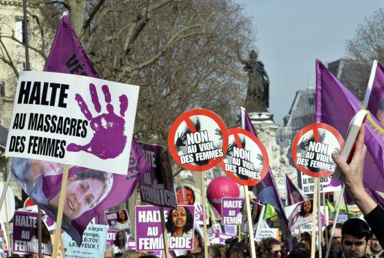 Manifestación por el día internacional de la mujer en la que se portaron pancartas contra la violación, ayer en Paris.