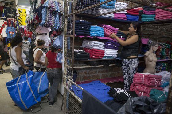 Una mujer apila mercancía en un comercio del mercado de La Salada, el pasado jueves.
