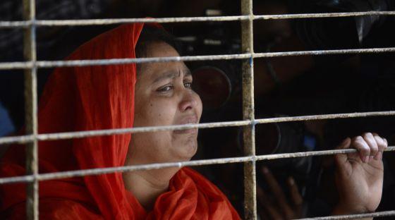 Una pariente del bloguero Washiqur Rahman, este lunes en Dacca.
