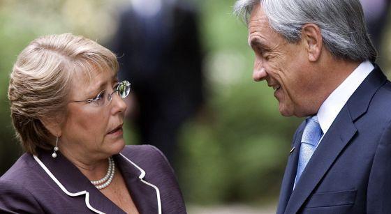 Michelle Bachelet , habla con el expresidente Sebastián Piñera