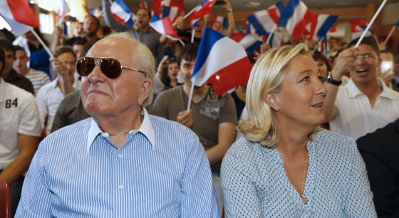 La líder del Frente Nacional, Marine Le Pen, junto a su padre Jean-Marie
