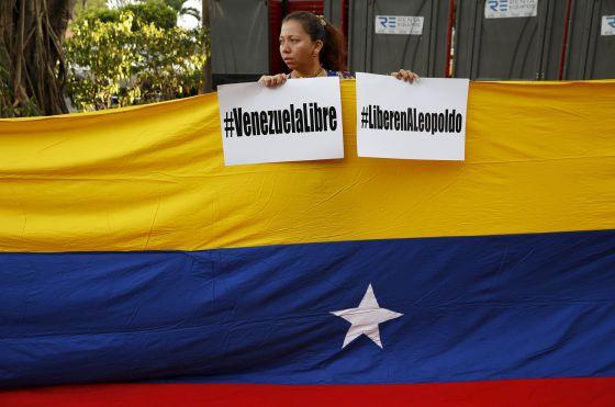 Una manifestante pide la libertad de Leopoldo López.