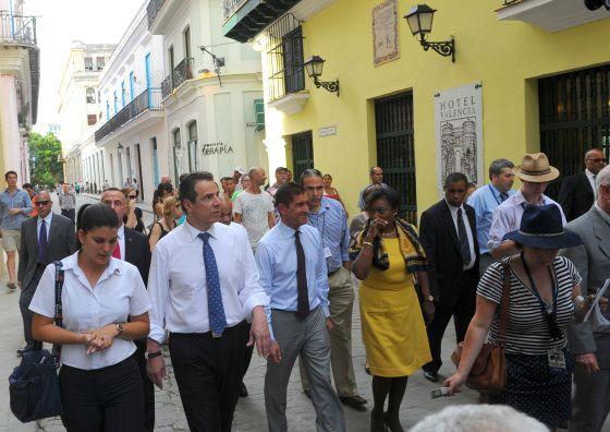 El gobernador de Nueva York junto a empresarios en Cuba.
