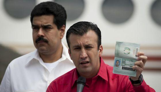 Tarek El Aissami, detrás Maduro, en una imagen de archivo.