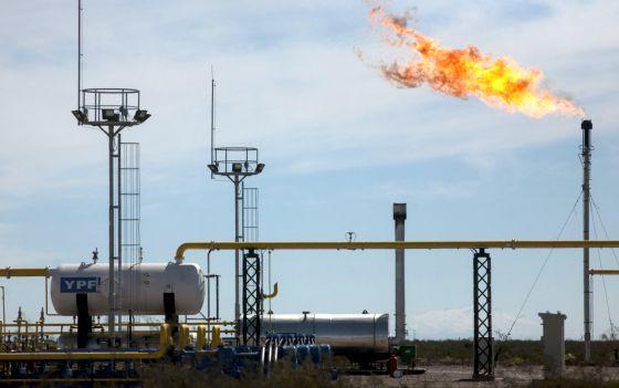 Torres de perforacion y fracking en el yacimiento de Vaca Muerta