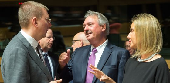La alta representante para la Política Exterior Europa, Federica Mogherini, conversa con otros dos ministros en Luxemburgo.
