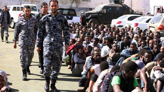Militares libios retienen a un grupo de inmigrantes que trataban de cruzar a Europa, el 17 de mayo.  EFE