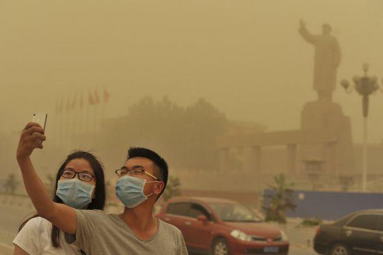 Dos personas se sacan una foto en la ciudad de Xinjiang, el 10 de mayo.