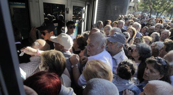 Una multitud de pensionistas ante una sucursal bancaria en Atenas.