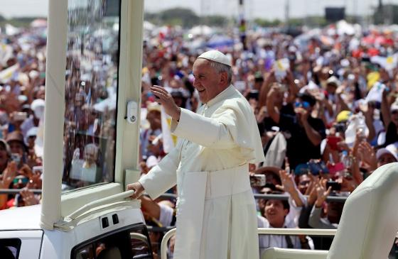 Papa Francisco defende justiça social diante de grande multidão no Equador