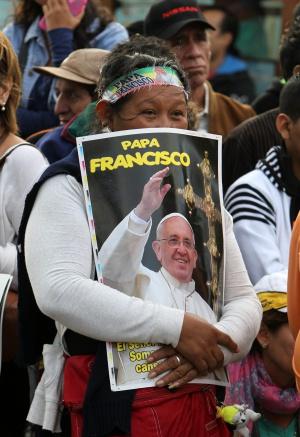 Una mujer con un póster del Papa.