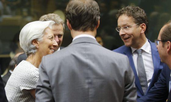 La directora del Fondo Monetario Internacional, Christine Lagarde, conversa con el prersidente del Eurogroupo, Jeroen Dijsselbloem.