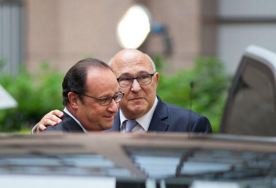 Francois Hollande y el ministro de Finanzas francés, Michel Sapin, en Bruselas.