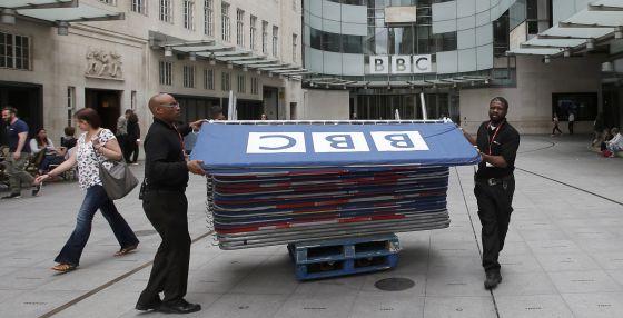 El Gobierno británico plantea una revisión en profundidad de la BBC