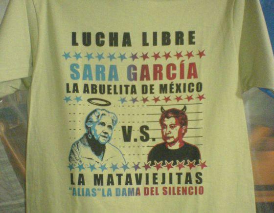 Una camiseta muestra a la actriz Sara García con la Mataviejitas.
