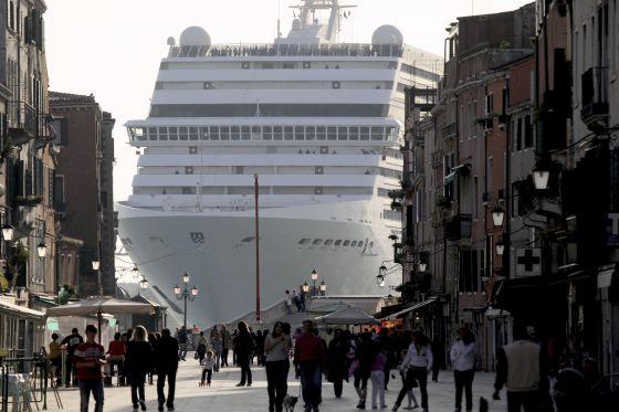 Un crucero de la compañía MSC llega a Venecia.