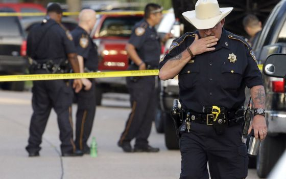 Un policía en una zona de un crimen en Houston el 9 de agosto