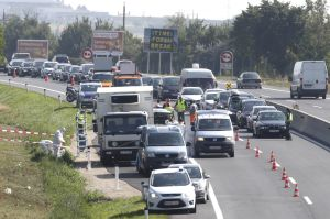 Los agentes de policía austriacos inspeccionan el camión, parado en el arcén de la autovía A4.