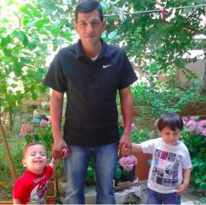 Abdulá Kurdi, con sus hijos Aylan y Galib, en una imagen de Facebook.