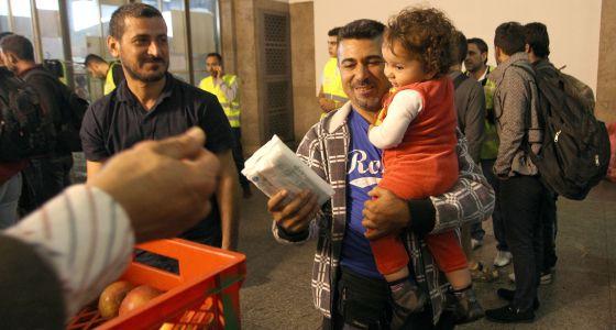 Refugiados reciben ayuda al llegar a Múnich.