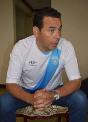 Jimmy Morales con la camiseta de Guatemala