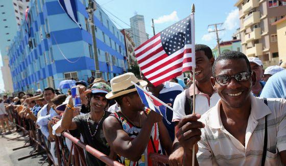 Cubanos durante la reapertura de la embajada de EE UU el 14 de agosto