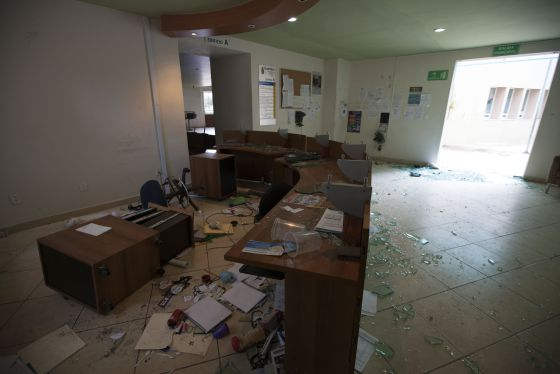 Un grupo de normalistas arrasa con la Fiscalía de Guerrero
