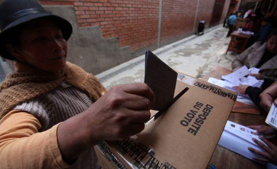 Una mujer vota el pasado domingo en la región de La Paz